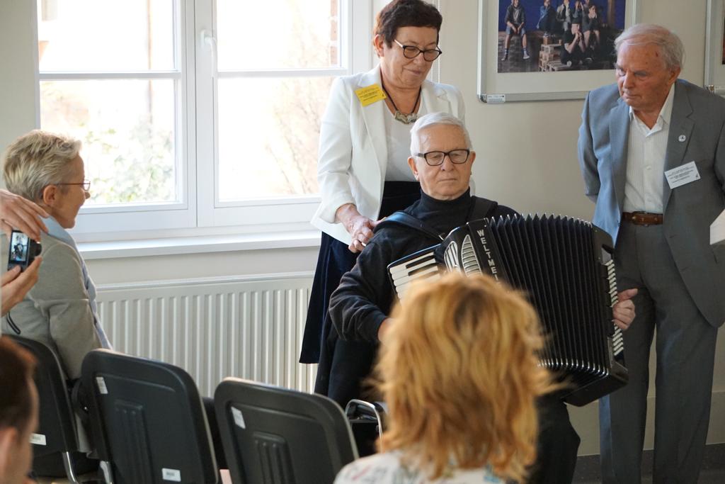 Konferencja Aktywność Ruchowa Ludzi w Różnym Wieku 2019, w centrum kadru prof. Zbigniew Szot (z akordeonem)